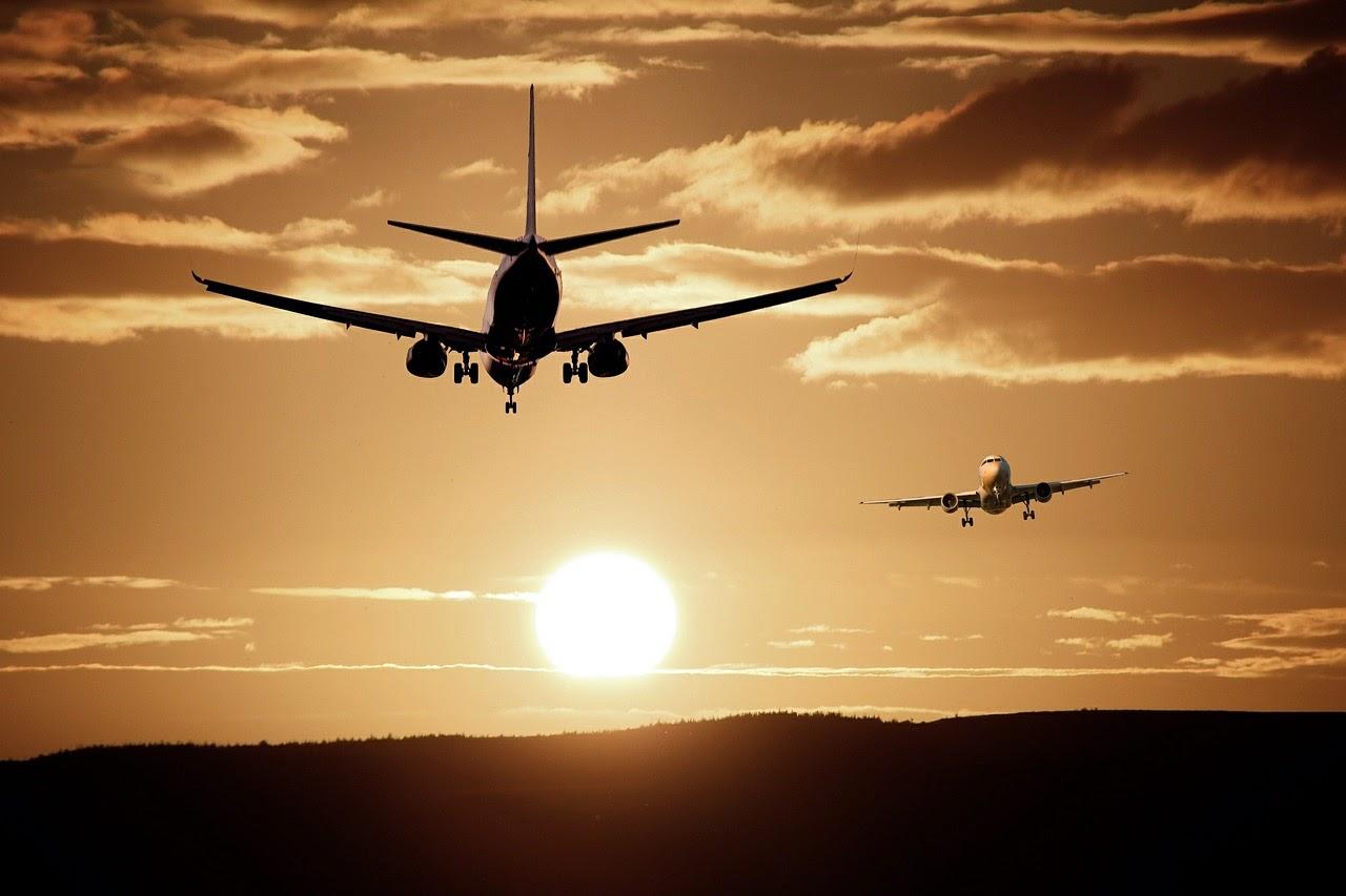 avión en el horizonte