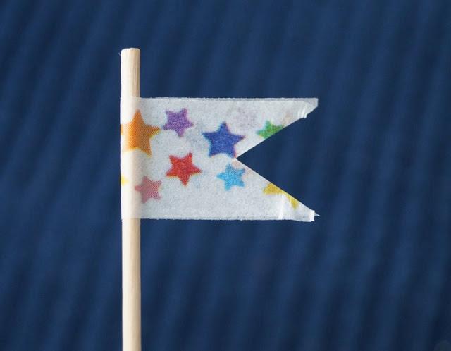 DIY: Papierschiff-Einladungen für den Kindergeburtstag basteln. Auch ein Piratenschiff kann einen bunten Wimpel haben. Mit Masking Tape gelingt er leicht!