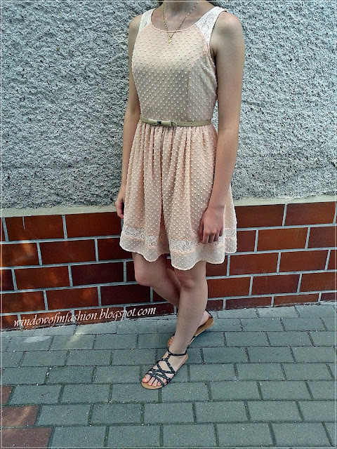 Sukienka Cropp, pasek z kokardą Biedronka, sandały z ćwiekami, złoty medalik