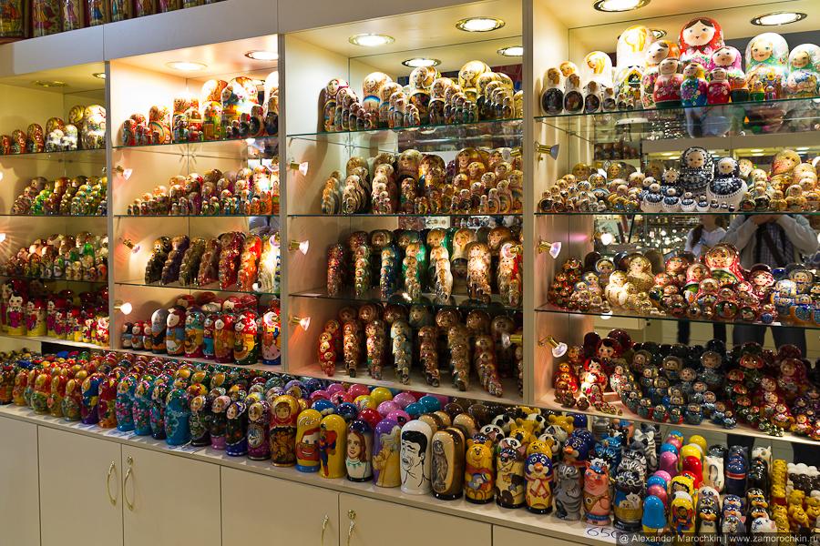 Сувенирный магазин с матрёшками на Арбате.
