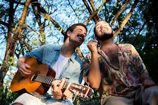 Bay Market apresenta happy hour com o duo 'Bellas e Flor'