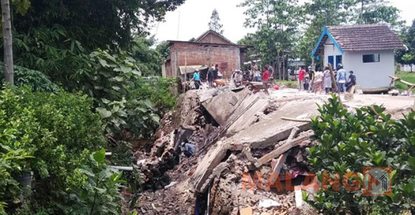 Rumah Kos Ditepi Sungai Ambruk