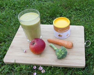 Grüner Smoothie mit Broccoli, Karotte, Apfel und Lucuma
