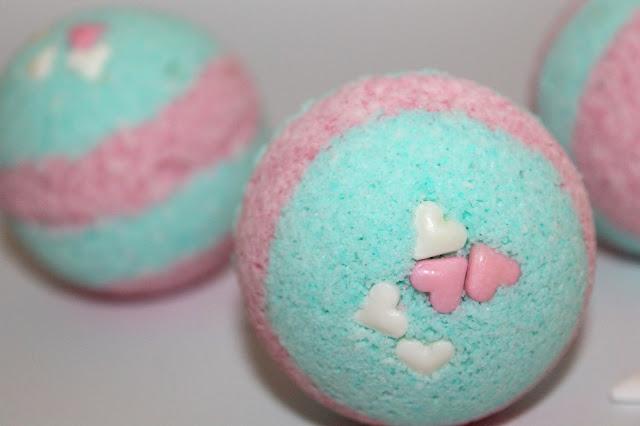 DIY, Basteln: Badebomben / Badekugeln bunt, rosa und blau als Geschenkidee und Wohndekoration - DIYCarinchen