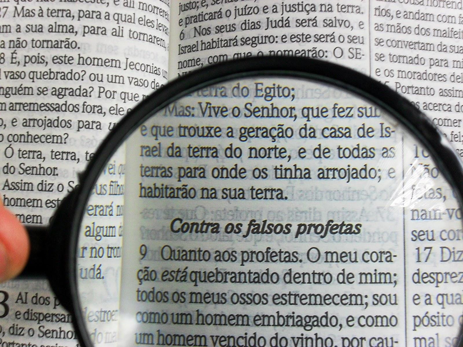 Pesquisando a Bíblia com lente de aumento