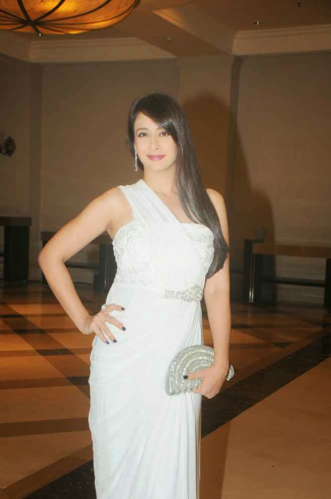Preeti Jhangiani Looks Hot In White Dress At Film 'Kaash Tum Hote' Trailer Launch