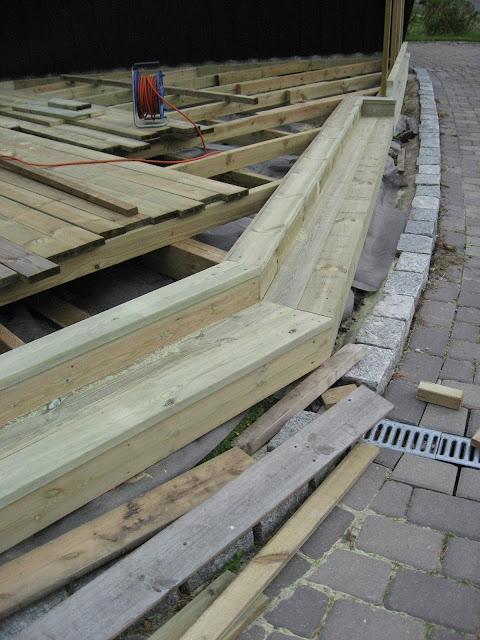 Bygge terrasse - tips. Et trappetrinn er ferdig snekret. Furulunden