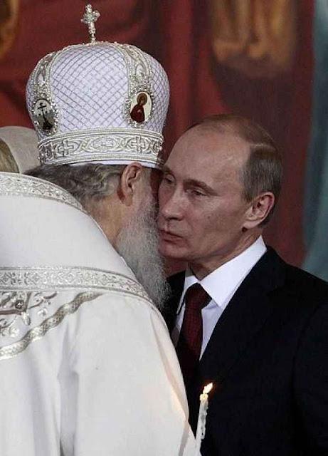 Patriarca da cismática igreja ortodoxa de Moscou troca beijos com Vladimir Putin