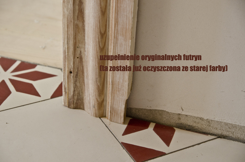 nowa podłoga ze starymi futrynami i opaskami drzwiowymi