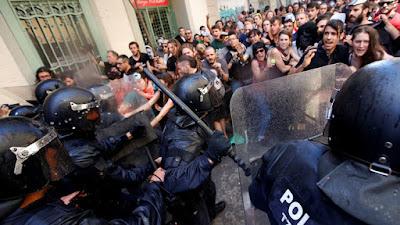 La policía regional catalana se lanza con equipos antidisturbios contra los manifestantes durante una protesta por el desalojo de los ocupantes del 'banco expropiado', en Barcelona, España, el 29 de mayo 2016.Albert GeaReuters