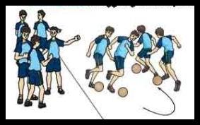 Menggiring bola dengan pasangan sambil mengikuti temannya di depan