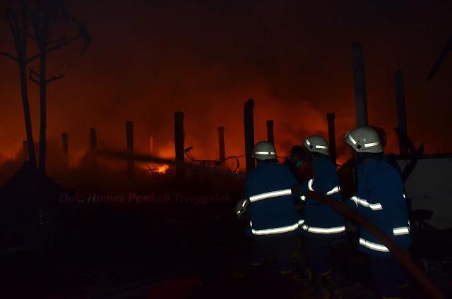 Pasar Pon Terbakar Hebat, Unit PMK Berusaha Keras Padamkan Api