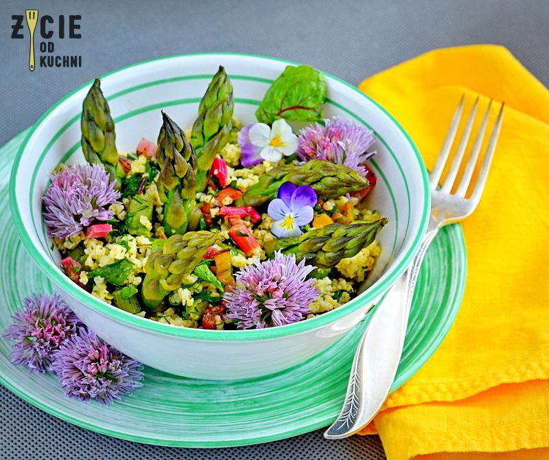 burak lisciowy, szparagi, salatka, kasza jaglana, kwiaty jadalne, wiosenna salatka, kwiaty szczypiorku, wiosna na talerzu, zycie od kuchni, czerwiec w kuchni, sezonowo czerwiec