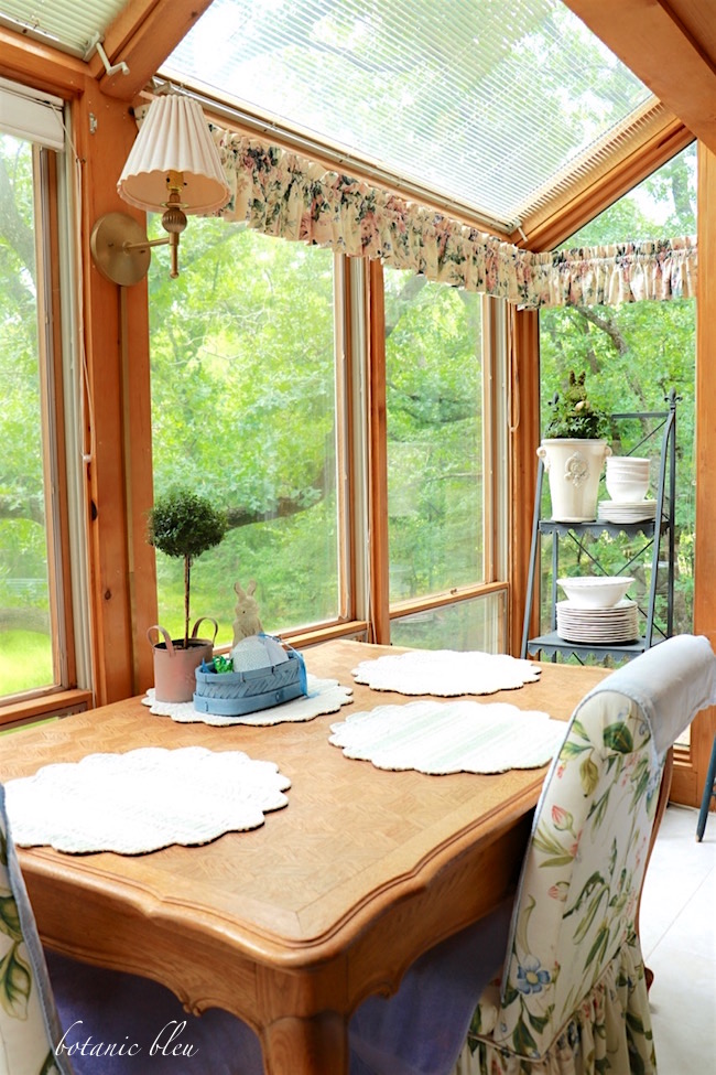 breakfast-french-style-table-with-curtain-valaces