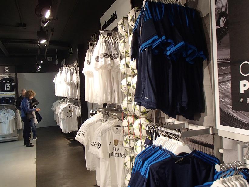 Wycieczka po stadionie kończy się w klubowym sklepie - fot. Tomasz Janus / sportnaukowo.pl