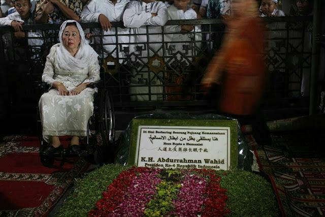 Ibu Sinta Nuriyah Berpose di Samping Makam Gus Dur - Prasasti Makam Gus Dur Resmi Dibuka untuk Publik