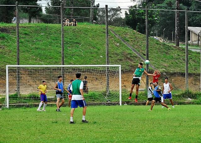 Escolinhas de futebol são mais uma opção oferecida no contra turno escolar