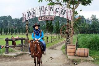Mengendalikan kuda dengan menelusuri jalan, melewati rintangan dan memacunya. Di Indonesia berkuda belum terlalu populer untuk di jadikan sebagai olahraga pilihan, berkuda kerap disebut sebagai olahraga yang mahal dan di identik dilakukan oleh warga kelas atas
