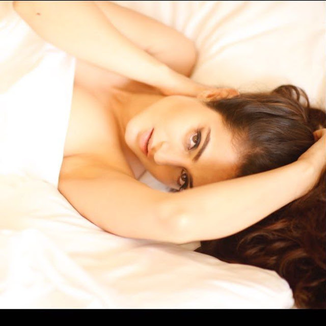 Ameesha Patel Sexy Cleavage Pictures