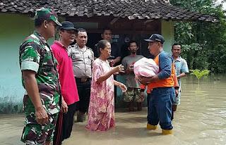 Prajurit TNI Bantu Evakuasi Korban Banjir di Pilangkeceng