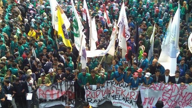 Nilai Rupiah Kian Merosot, Ribuan Mahasiswa dari BEM Se-Indonesia Mendemo Kantor Sri Mulyani