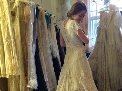 Orang Ramai Berjaya Bantu Keluarga Ini Cari Gaun Pengantin Berusia 146 Tahun Yang Hilang