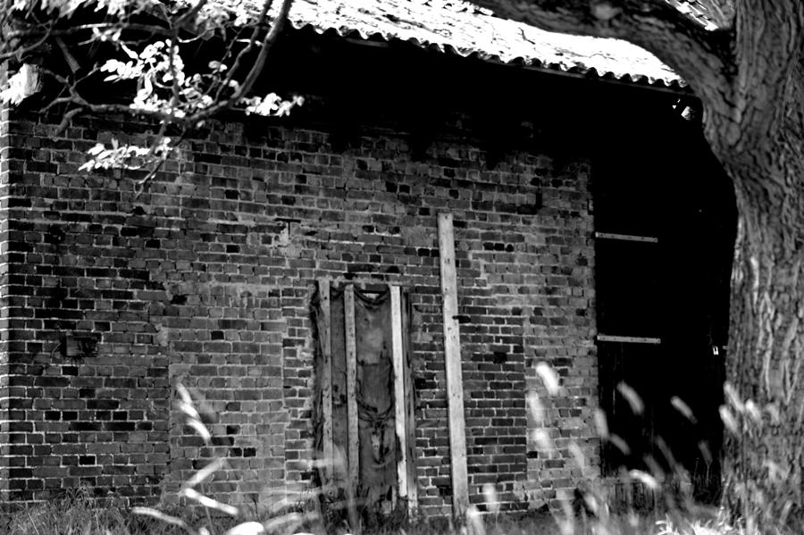 Blog + Fotografie by it's me! | fim.works | SchwarzWeissBlick No 13 | leerstehendes Backsteinhaus mit kaputter Tür