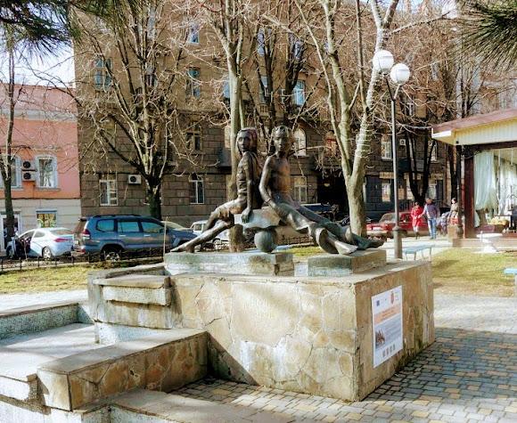 Одесса. Памятник Пете и Гаврику. В. Катаев «Белеет парус одинокий»