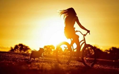 VAjtë mbi biçikletë në perëndim