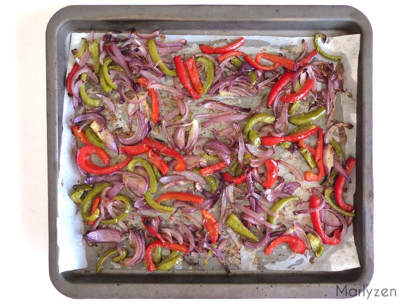 Plaque de poivrons et d'oignons émincés après cuisson.