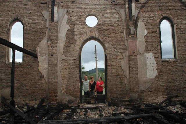 Fiéis contemplam a destruição. Capela ficava no ponto mais alto de Três Riachos e queimou em 30 minutos. Foto Junior Careca - Especial.