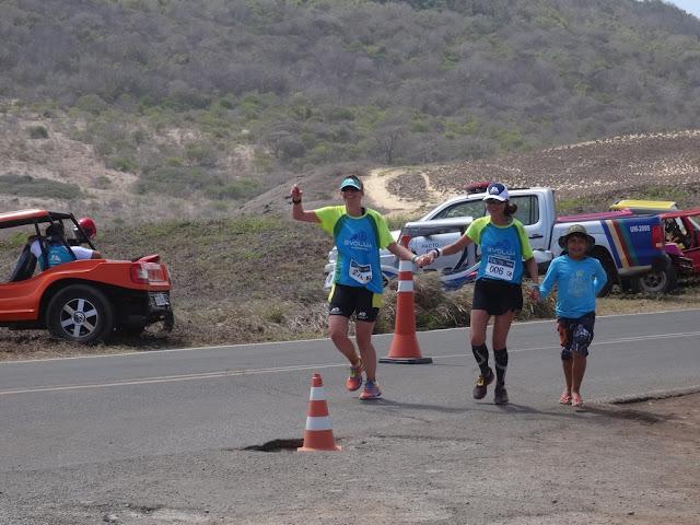 Meia Maratona de Noronha - Noronha K21 - meu filho Léo nos acompanhou na chegada