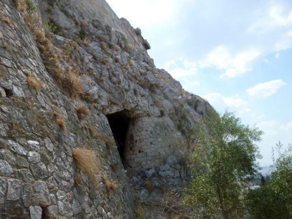 Η Μυκηναϊκή κρήνη βρίσκεται σε βάθος 40 μέτρων μέσα στη φυσική ρωγμή που δημιουργήθηκε όταν αποκολλήθηκε τμήμα του βράχου