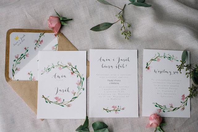 Zaproszenia ślubne z motywem lekkich różowych kwiatów od She Makes.