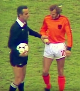 Sergio Gonella with the Dutch player Rene van der Kerkhof and the offending plaster cast