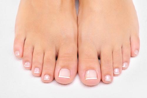 Cara membersihkan kuku kaki