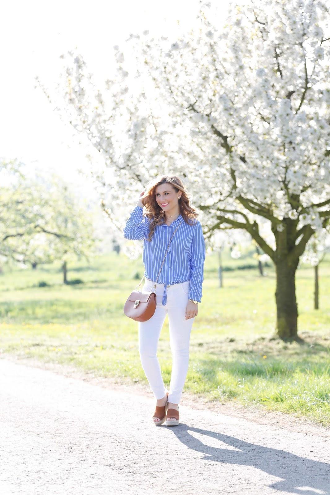 Fashionblogger-aus-deutschland-blaue-streifenbluse-wie-trägt-man-eine-blaue-streifenbluse-weiße-jeans-braune-schuhe