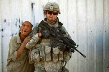 hässliche Menschen und Soldaten lustig