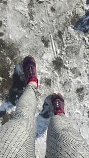 Jambes de coureuse, hiver, chaussures de trail Salomon, neige, trottoir