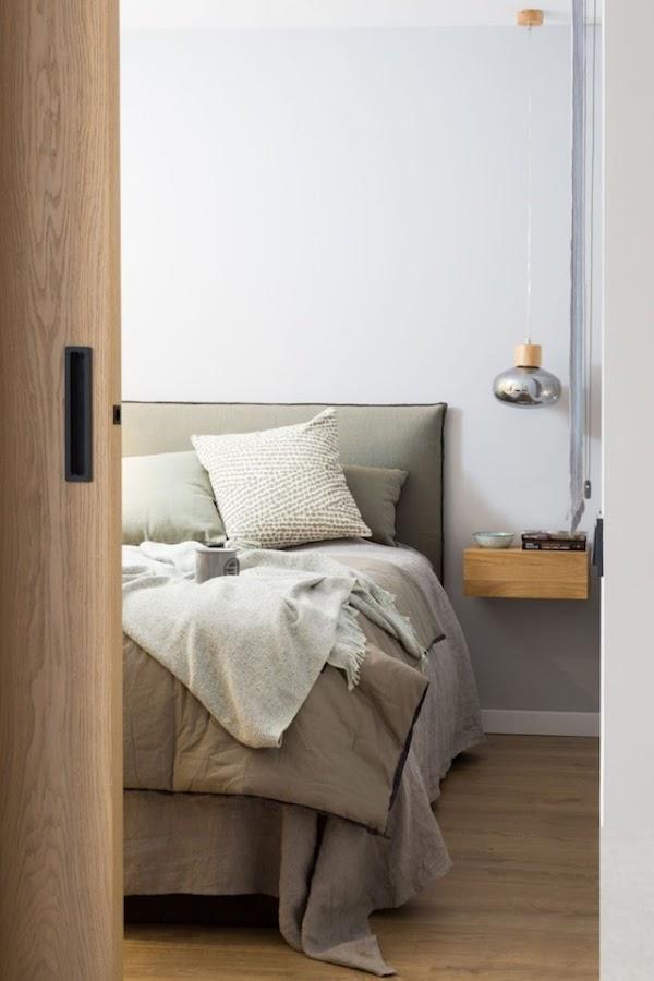 Dormitorio con puerta panel de roble de acceso