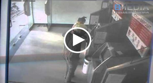 CIMB Bank Berlaku Kejadian yg Mengejutkan! ! Lelaki Baru Saja Habis Tekan Duit Terus.... Beberapa Saat jer Tragedi Dah Berlaku!!!