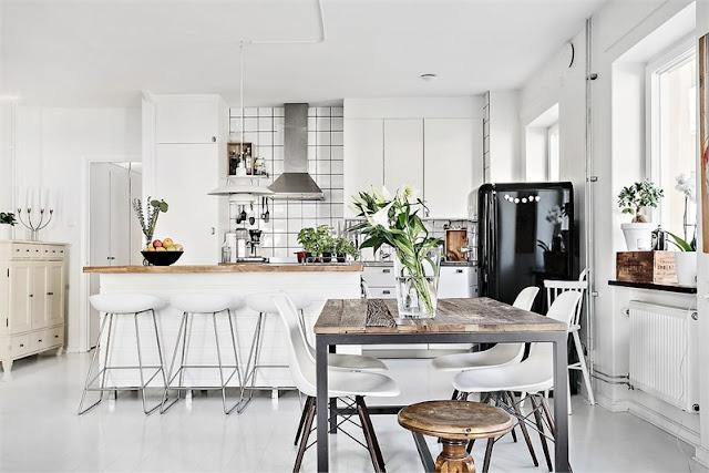 Alb, negru și lemn într-un apartament de 96 m²