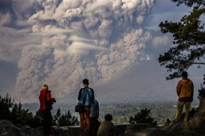 Erupção do vulcão Sinabung na Ilha de Sumatra, Indonésia