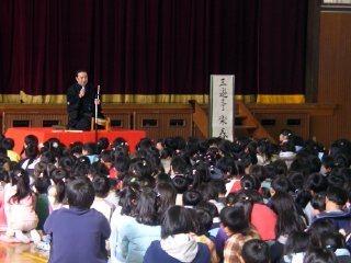 学校で開催された三遊亭楽春の落語会(学校寄席)の風景です。