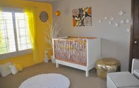 Dormitorio de bebé gris amarillo