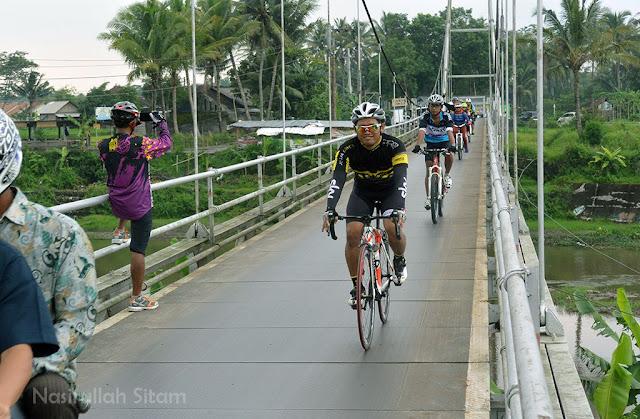 Melewati Jembatan
