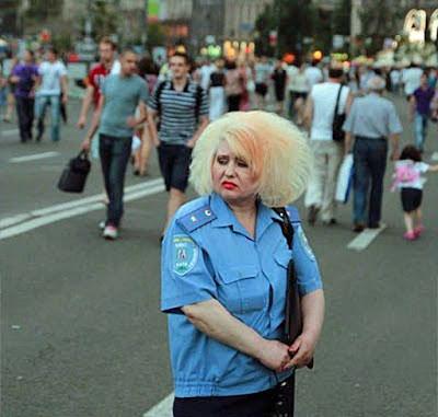 blonde Frau Polizistin mit hässlichen voluminösen Haare