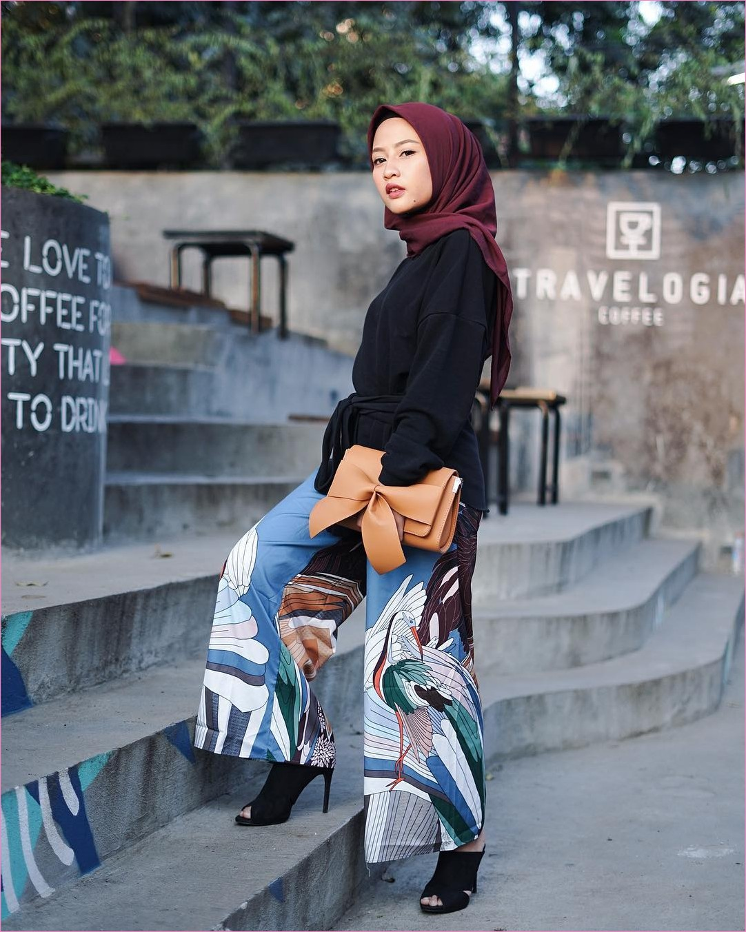 Outfit Celana Cullotes Untuk Hijabers Ala Selebgram 2018 top blouse high heels loafers and slip ons hitam cullotes bermotif biru putih kerudung segiempat hijab suare merah bata ciput ootd trendy slingbags clutch coklat muda tangga