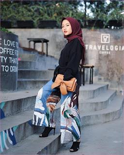 Outfit Celana Cullotes Untuk Hijabers Ala Selebgram 2018 top blouse high heels loafers and slip ons hitam cullotes bermotif biru putih kerudung segiempat hijab suare merah bata ciput ootd trendy slingbags clutch coklat muda tangga