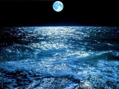 Mar con algunas olas bajo la luna llena
